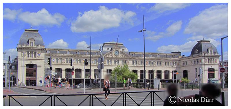 """La gare Matabiau. Établie à 146 mètres d'altitude, elle est située au point kilométrique 256,412 de la ligne de Bordeaux-Saint-Jean à Sète-Ville, originellement sur le réseau de la compagnie ferroviaire du Midi, du PO-Midi, puis de la SNCF. Cette gare se situe au carrefour des lignes de Bordeaux à Narbonne, de Paris à Bourg-Madame, à la frontière espagnole, de Toulouse à Bayonne, et le point de départ des lignes ferroviaires vers Auch et Rodez. le bâtiment sous sa forme actuelle date de 1903, dans un style """"Belle Epoque"""" caractérisé par un eclectisme architectural et monumental très à la mode à la fin du 19ème siècle, inscrit à la liste des monuments historiques depuis 1984. La pierre blanche et l'ardoise, caractérisant ce chef d'oeuvre de l'architecte Marius Toudoire (1852, 1922), ont été choisis plutôt que la brique et la tuile romaine, par ce que jugés """"plus nobles"""". Cet architecte a également conçu la gare de lyon, à Paris, de Bordeaux Saint Jean, de Cusset dans l'Allier, et Châtel-Guyon dans le Puy de Dôme."""