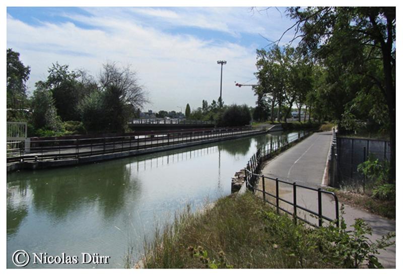 Le pont-canal des Herbettes, datant de 1984, au moment de la construction du périphérique autoroutier. Seul ouvrage entièrement métallique sur le Canal du Midi (en données 2012). Longueur, 57 m, largeur, 18 m, 3 m de profondeur.