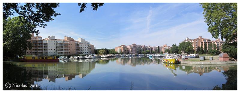La marina de Ramonville Ste Agne, bâtiments de style néo-méditerranéens construits dans les années 70 sur le port sud, datant de 1960.