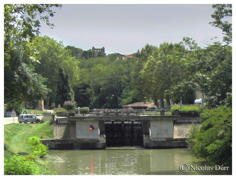 L'écluse de Montgiscard en aval et ses 2 caractéristiques, le lavoir, un des mieux conservés du Canal du Midi (en données 2012) et le clocher à peigne. A noter aussi le pont de Montgiscard, 1673