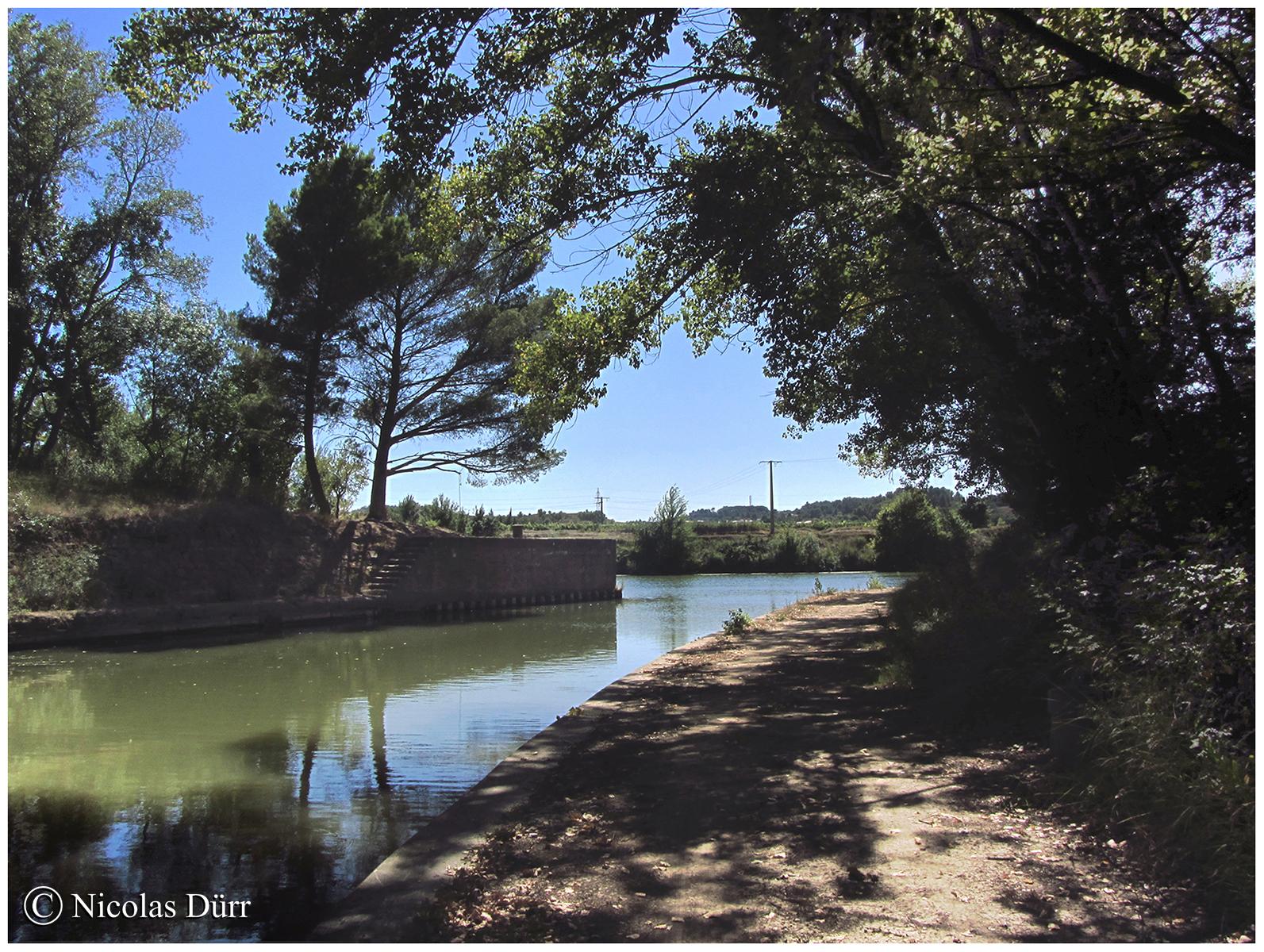 La rencontre d'un fleuve et d'un canal, à savoir, les eaux du Canal de Jonction de la Robine se jettent dans l'Aude.