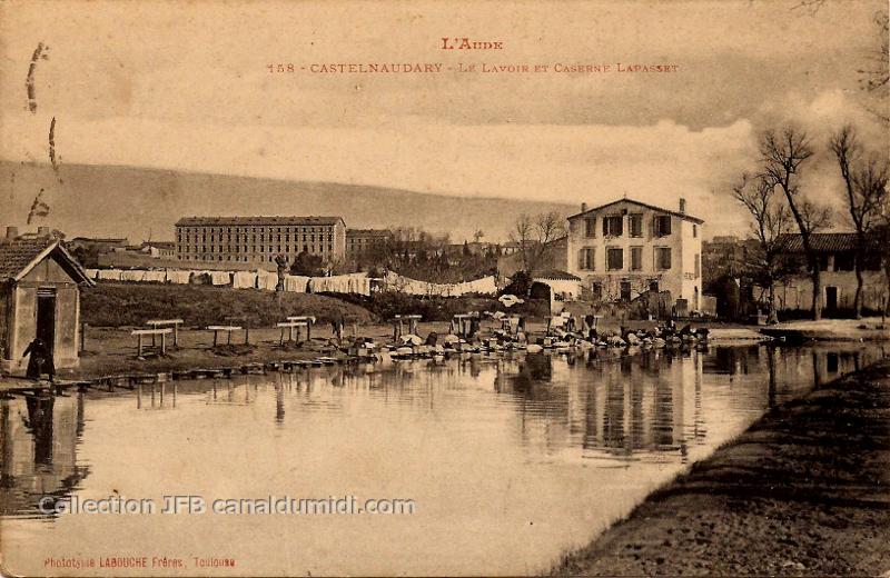 Lavandières au travail sur un lavoir du Canal du Midi à Castelnaudary