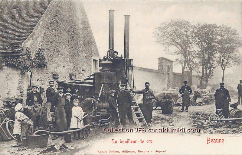 Tout le matériel d'un bouilleur de cru. Magnifique alambic à Beaune, en Bourgogne