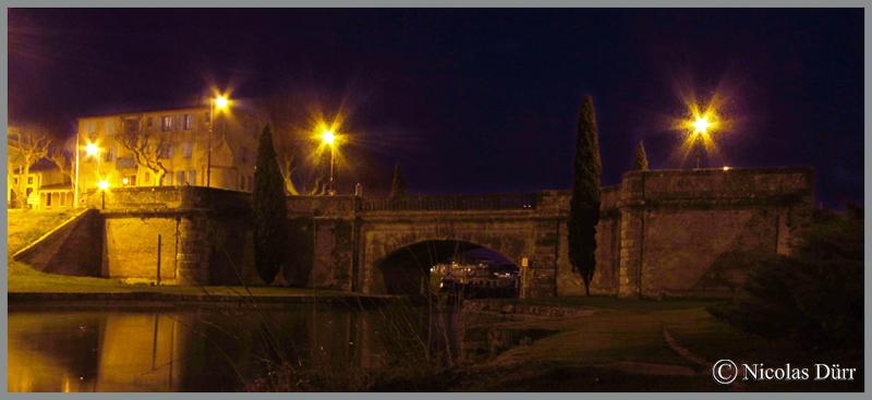 2015-nocturne-canal-du-midi-a-castelnaudary-vue-sur-le-pont-neuf-en-mont