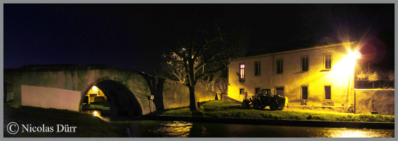 2015-nocturne-canal-du-midi-a-castelnaudary-vue-sur-le-pont-vieux-en-aval
