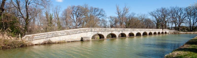 Vous êtes devant l'épanchoir de l'Argent-Double, le plus beau et le plus célèbre de tout le Canal du Midi, mais bien sur, il en existe bien d'autres qui méritent de figurer à ses côtés !