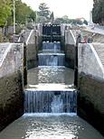 Vue d'amont et pespective sur l'escalier d'eau de Fonsérannes, toutes     écluses ouvertes, sauf la plus haute