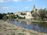 Vue sur la rivière Aude, Trèbes et son église.