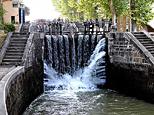 Magnifique écluse, qui fait que l'on se croirait à Versailles, une journée de grandes eaux. Des gerbes d'eau fleurissent depuis la vanne, pour l'instant close...