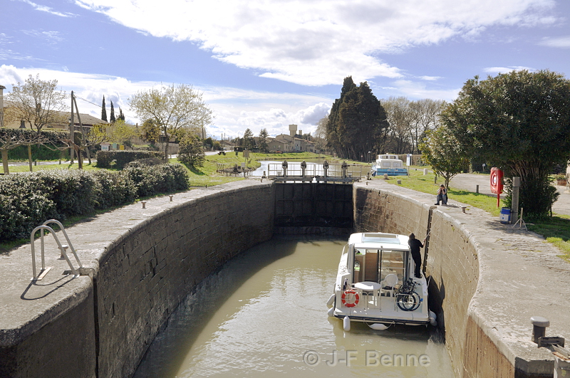 bateau bleu du canal