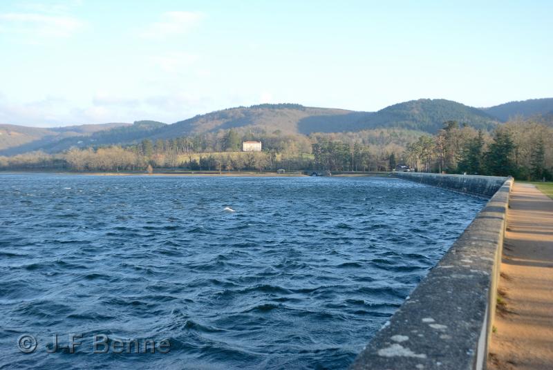 Vue en perspective sur la digue du barrage et le lac de St-Ferréol