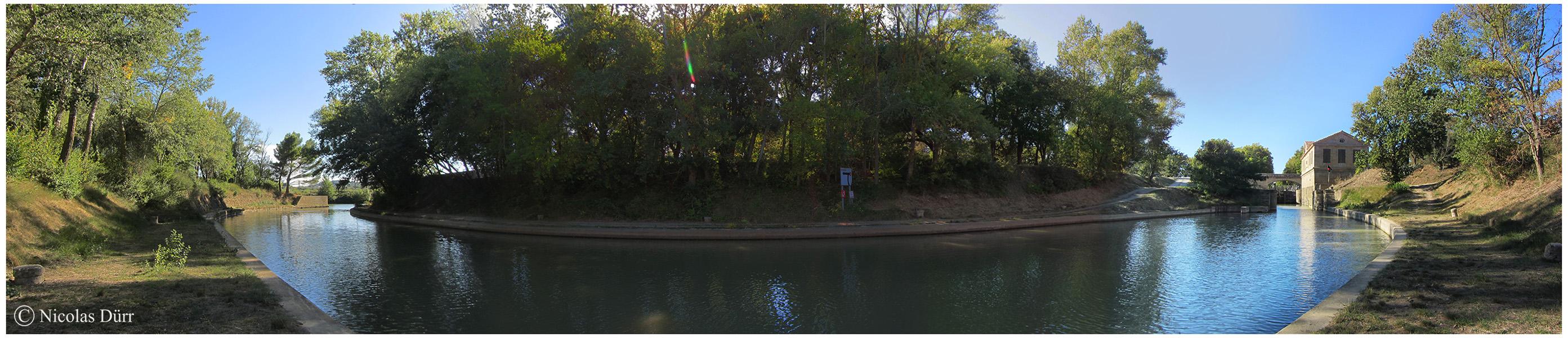 Panoramique sur la sortie (ou l'entrée) du Canal de Jonction de la Robine sur l'Aude sur sa rive gauche.